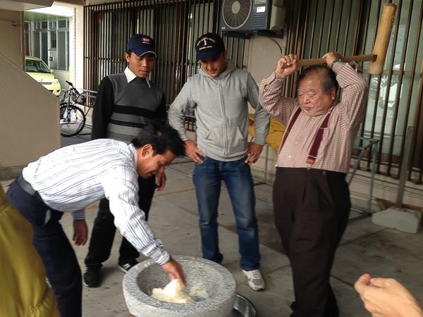 директор Наката-сан языковой школы готовит моти